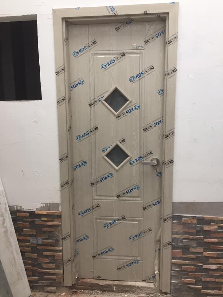 Lớp màng PE có logo KOS chạy dọc hết cánh cửa.