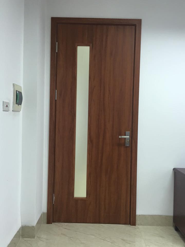 Mẫu cửa gỗ công nghiệp MDF Melamine gắn ô kính.