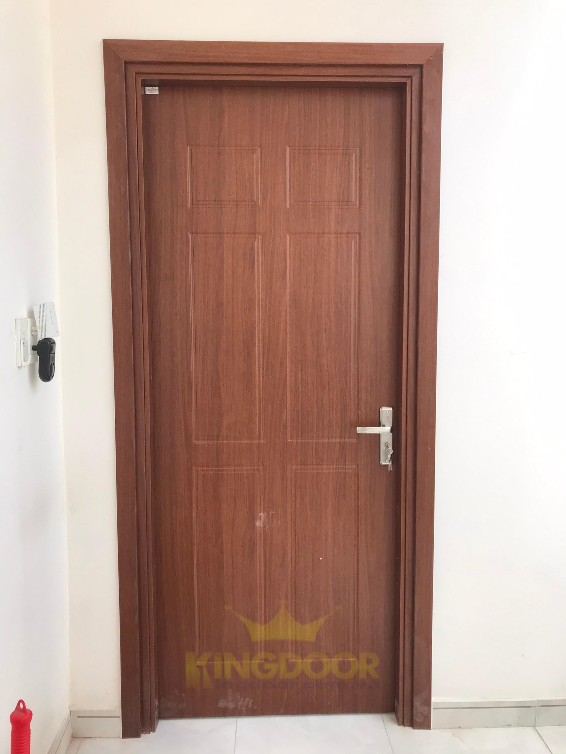 Kingdoor thi công lắp dựng hoàn thiện mẫu cửa nhựa giả gỗ Composite tại Bình Tân.